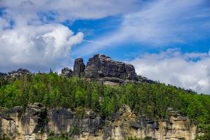 Foto Blick vom Mittelhangweg zu den Schrammsteinen auf der anderen Elbseite