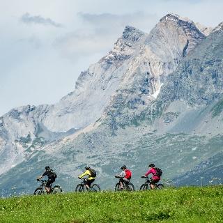 E-Mountainbiketour mit Aussicht auf die Brigelser Hörner