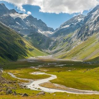 Die Ebene vom Hochtal Val Frisal inklusive atemberaubendem Bergpanorama