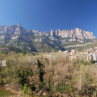 Blick auf das beeindruckende Konglomeratmassiv Montserrat