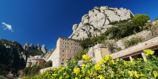 Der Klosterkomplex Montserrat im Frühling