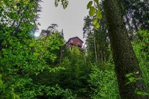 Foto Dieses Haus am Zschiehädelsteig ist auf einem Felsriff gebaut