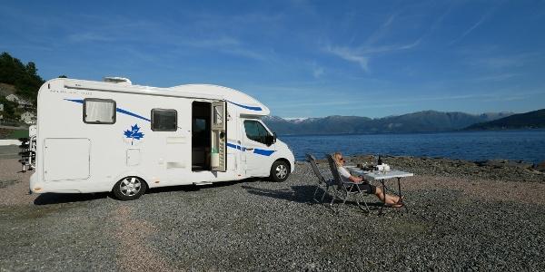Wohnmobil am Ufer des Hardangerfjords