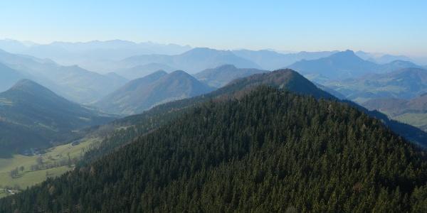 Blick von der Lindaumauer über Halsberg und Hiebberg zum Toten Gebirge