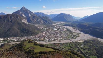 Blick nach Südosten auf Tolmezzo mit dem Fluss Tagliamento und Fella - im Hintergrund der Mt. Armariana