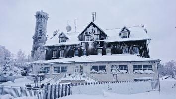 Foto Baude und Aussichtsturm auf dem Hohen Schneeberg im Winter
