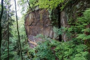 Foto Die sieben Meter hohe Eingangskluft der Punkenhöhle