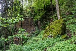Foto Erst kurz vor diesem Block ist die Eingangskluft der Höhle erkennbar