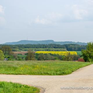 Blick von der Anhöhe bei Ammelbruch auf den Hesselberg