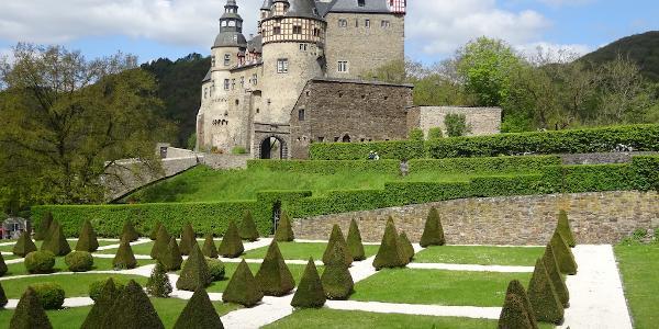 Im Nettetal liegt das nie zerstörte Schloss Bürresheim.