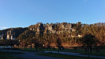 Foto Blick auf Basteifelsen vom Bahnhof Rathen