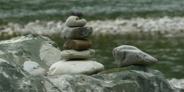 Steinmännchen bauen an der Ach