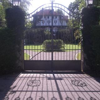 Vor den Toren einer Villa am Starnberger See.