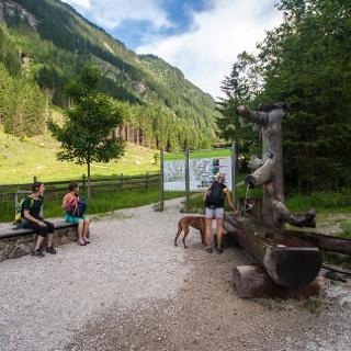 Das Wanderportal Eschachalm mit Wanderinformation und Brunnen