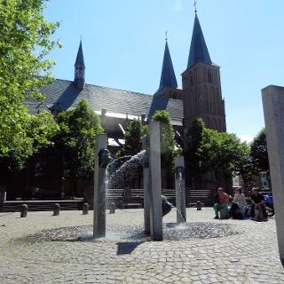 Stiftskirche und Narrenbrunnen