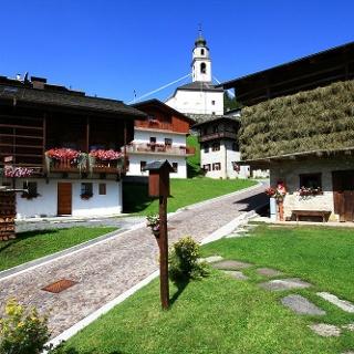 das Ortszentrum Sàuris di sotto - im Hintergrund die Kirche Hl. Oswald