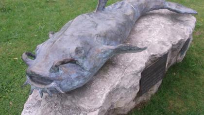 """Das Denkmal """"Waller-Riese"""" am Ufer des Wörthsees."""