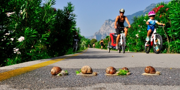 In bici con i bambini sulla ciclabile del Sarca