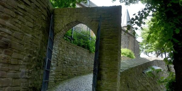 Die Martinikirche Siegen thront über der Stadtmauer, ein kleiner Weg führt vom Kölner Tor hinauf.