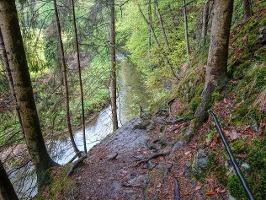 Foto Der Weg führt stellenweise dicht am Steilabbruch entlang
