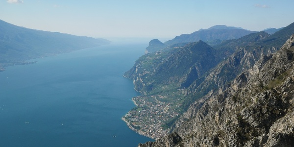 Blick auf den Gardasee kurz vor dem Gipfel des Monte Carone