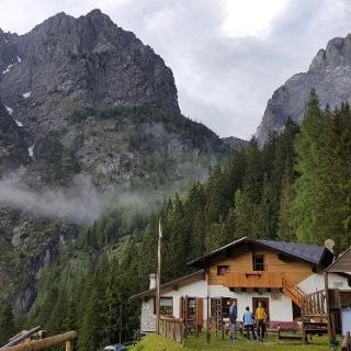 das Ref. Tolazzi - Südansicht - im Hintergrund die Berge Seekopf (li.) und Hohe Warte