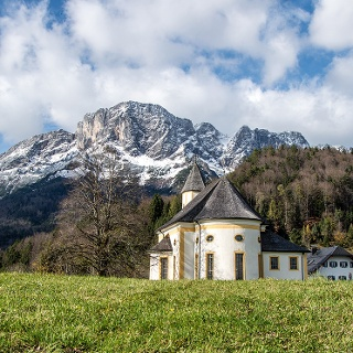 <![CDATA[Kirche und Wirtshaus vor dem Untersberg]]>