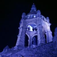 """Licht-Installation zu LandArt: """"Der blaue Kaiser"""" an der Porta Westfalica"""