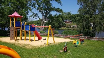 Idyllisch gelegener Spielplatz mit direktem Blick auf den Stieger See