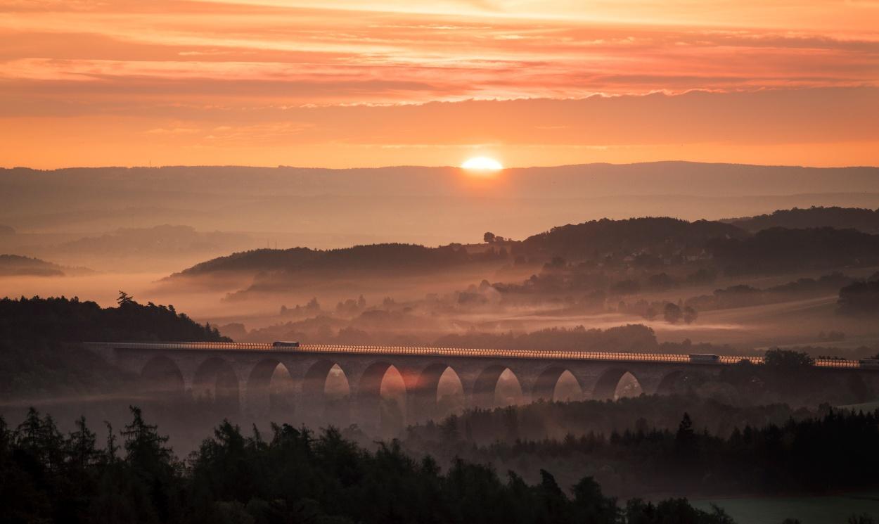 Die Autobahnbrücke Pirk im Abendlicht