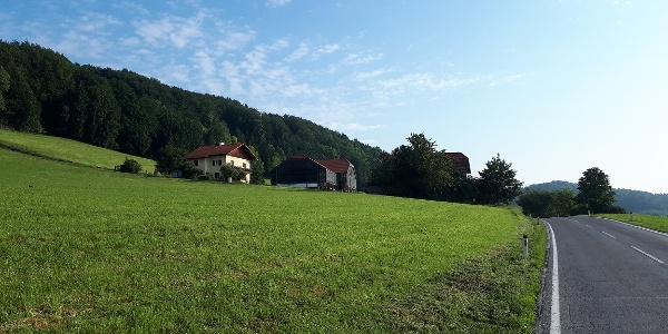 300 m nach Thalhausen Richtung Norden vor diesem Haus links bergauf