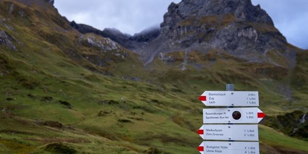 Wegweiser im Schatten der Roggalspitze (2)