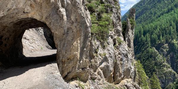 Natursteintunnel auf dem Weg zur Sulzl Alm