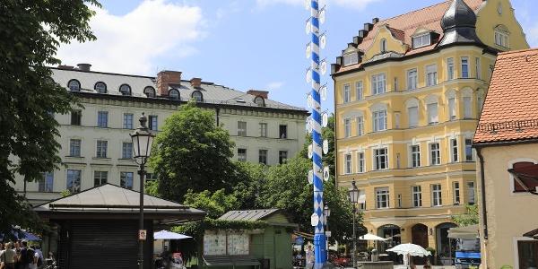 (2) Wiener Platz: Der kleinerste ständige Markt Münchens, mit pittoresken Markthäuschen, Maibaum, Biergarten und schönen Läden ringsrum.