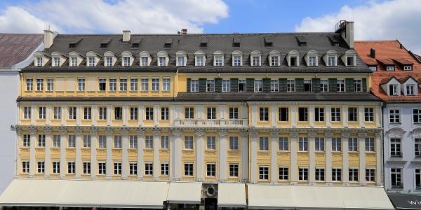 (7) Der berühmte Feinkosttempel Dallmayer ist eine Augenweide und Paradies für Feinschmecker mit hauseigenem Lokal im 1. Stock.