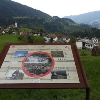 Infotafel zu Arriachs Attraktionen - im Hintergrund die evangelische (re.) und katholische Kirche - Nordwestansicht