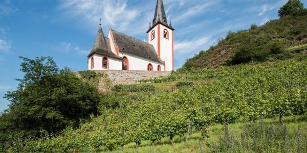 … und steigen dann auf zur St. Johanneskirche. Der Glockenturm stammt aus dem 13. Jahrhundert, das spätgotische Langhaus und der Chor sind um 1480 entstanden.