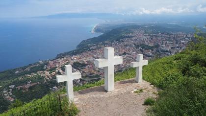 Drei Kreuze am Mt. S. Elia mit Palmiblick
