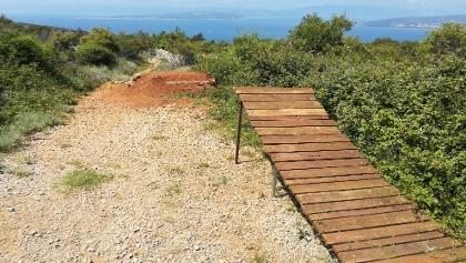 Gap mit Holz-Stahl-Absprung nach Trailbeginn