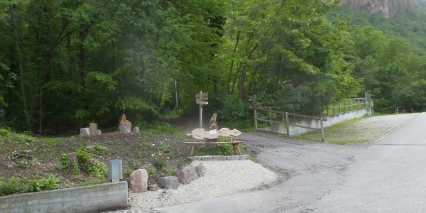 Ausgangspunkt unserer Rundwanderung: der gebührenfreie Parkplatz am Ende der Bindergasse am oberen Dorfende von Andrian. Der Wanderweg 15 führt uns von hier aus direkt in den schönen Mischwald hinein.