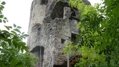 Die Burgruine Festenstein, deren Mauern mit dem umliegenden Fels regelrecht verschmelzen, thront auf einem steilen Felszahn und stammt aus dem 13. Jahrhundert. Leider können wir die faszinierende Ruine nur von außen bewundern.