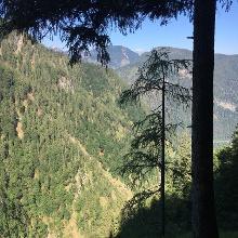 Ausblick auf dem Pfad oberhalb einer Felswand