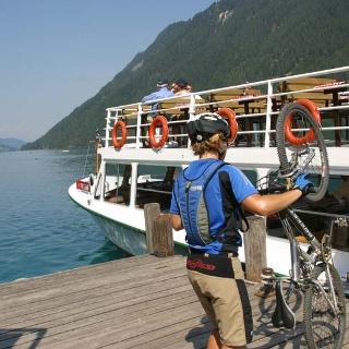 Mit dem MTB am Schiff