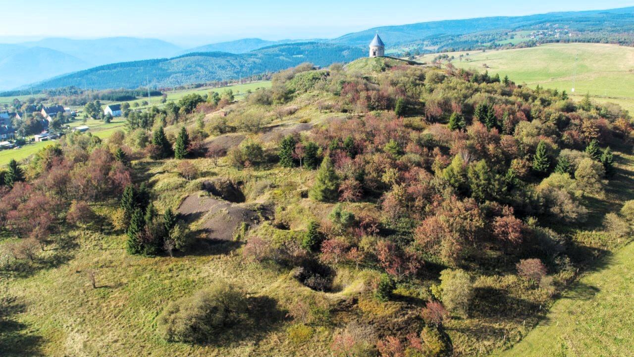 Bergbaulandschaft Vrch Mednik Luftaufnahme des Kupferhübels