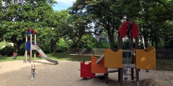 """Der Sand-Spielbereich für kleinere Kinder auf dem """"Spielplatz Liegnitzer Straße""""."""