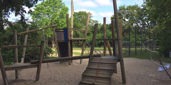 """Das große Klettergerüst aus Holz erinnert an ein Piratenschiff, das auf dem """"Spielplatz Robert-Koch-Straße"""" geentert werden will."""