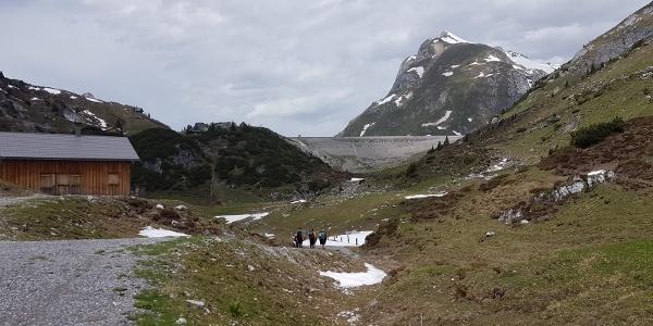 Vorbei an der Grabs Alpe (nicht bewirtschaftet) zur Südstaumauer des Spuller Sees