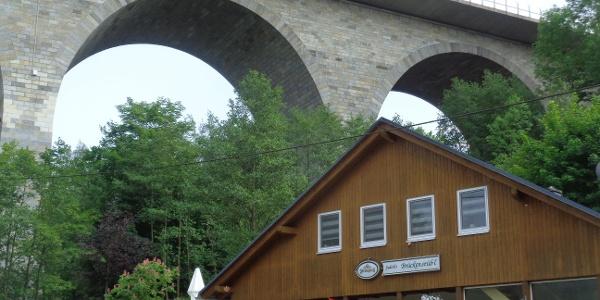 Judith´s Brückenstüb´l mit Autobahnbrücke Pirk