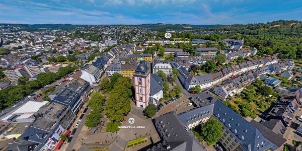 Blick vom Marktplatz über das Krönchen, Siegener Wahrzeichen, zum Oberen Schloss