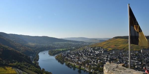 Blick von der Burg Landshut auf das herbstliche Moseltal